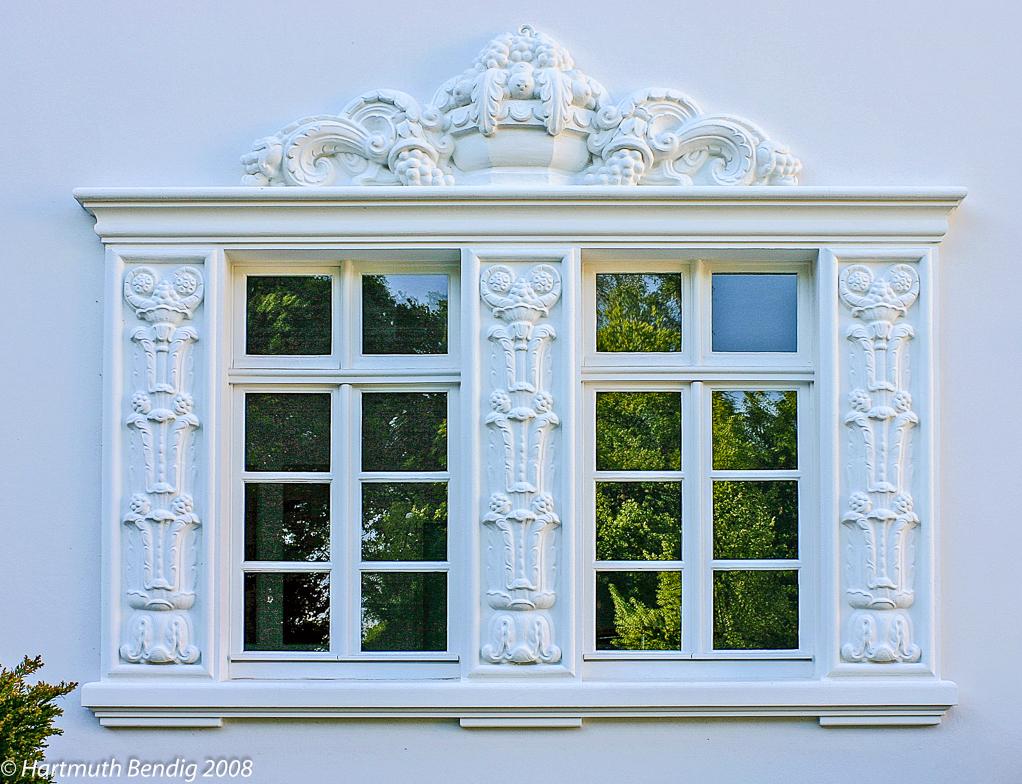 ein Fenster der Villa Koenekamp in der Marcusallee
