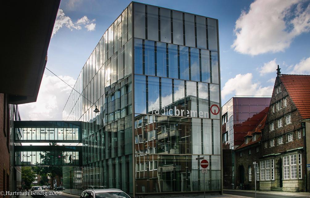 das neue moderne Radio Bremen, daneben ein sehr altes Giebelhaus