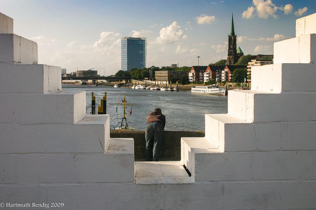 Blick von der Stephanibrücke durch Three Triangles zum Wesertower