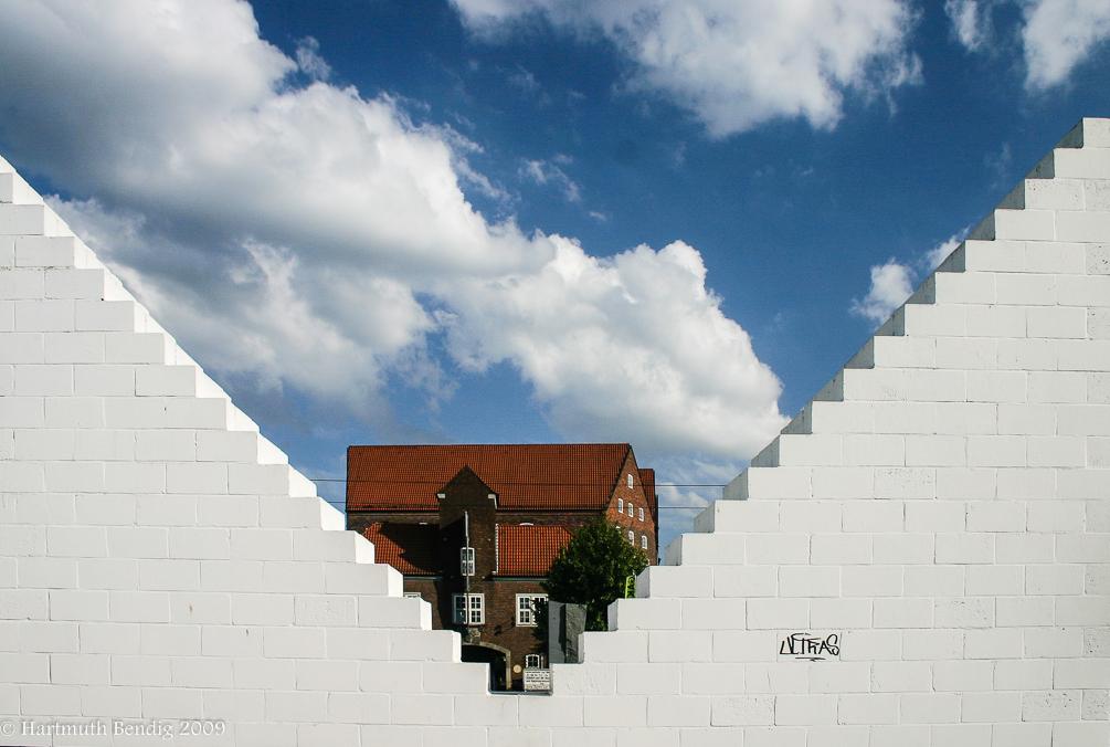 Blick durch das Kunstwerk Three Triangles zur Weserburg