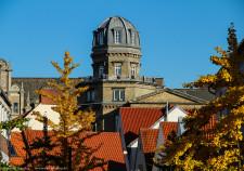 über den Dächern des Schnoor thront die alte Sternwarte