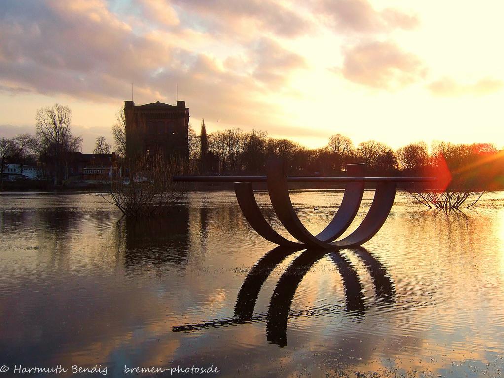 Bremen-alte-Wasserkunst-umgedrehte-Kommode-an-der-Weser-Fruehjahrshochwasser 2007
