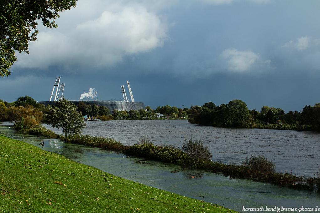 Blick auf das Weserstadion und Hochwasser in der Weser vom Osterdeich