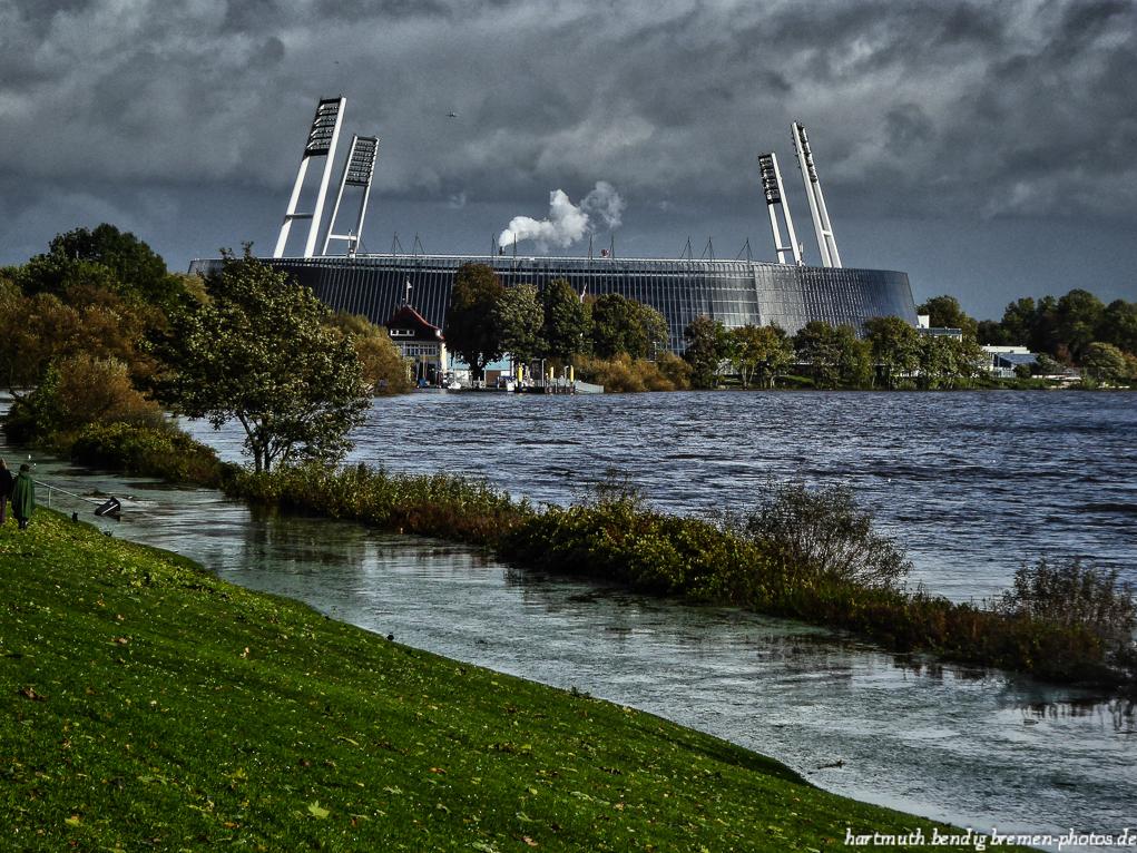 Blick auf das Weserstadion und Hochwasser in der Weser